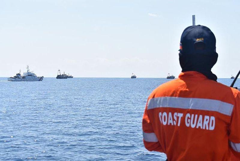 菲国近几个月加强巡逻南海,图为一名菲国海巡人员4月27日在仙宾礁监控中国船只。法新社(photo:UDN)