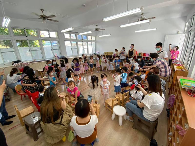 公幼園長顏嘉辰表示,不少連鎖機構,有立案補習班,也有立案幼兒園,形成教育的漏洞。圖為公立幼兒園上課場景。圖/顏嘉辰提供