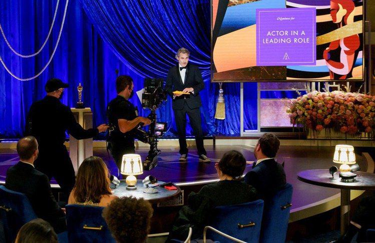 奧斯卡頒獎典禮最終由瓦昆菲尼克斯今年頒發最佳男主角獎,但在得獎者未到場、未準備感...