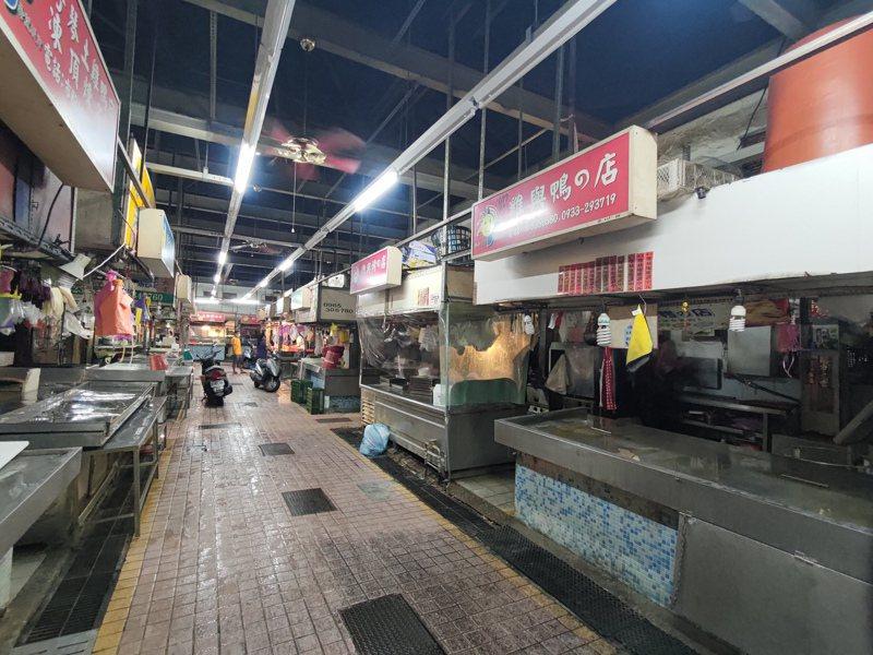 員林市第一市場受疫情影響,三、四成攤商已不營業,生意也大受影響。記者林宛諭/攝影