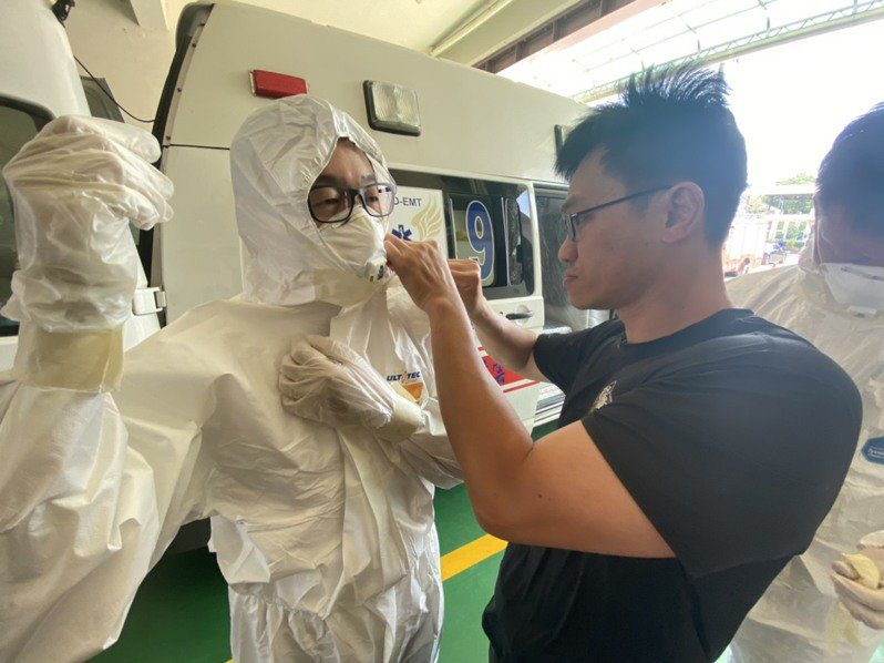 專責防疫消防分隊的救護人員,出勤必須全副防疫裝備,光著裝就要10幾分鐘。圖/雲林縣消防局提供