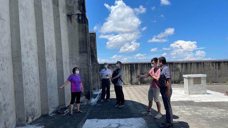 縣府和公所會同建築師登樓查驗,認為還是拆除確保安全為宜。記者蔡維斌/翻攝