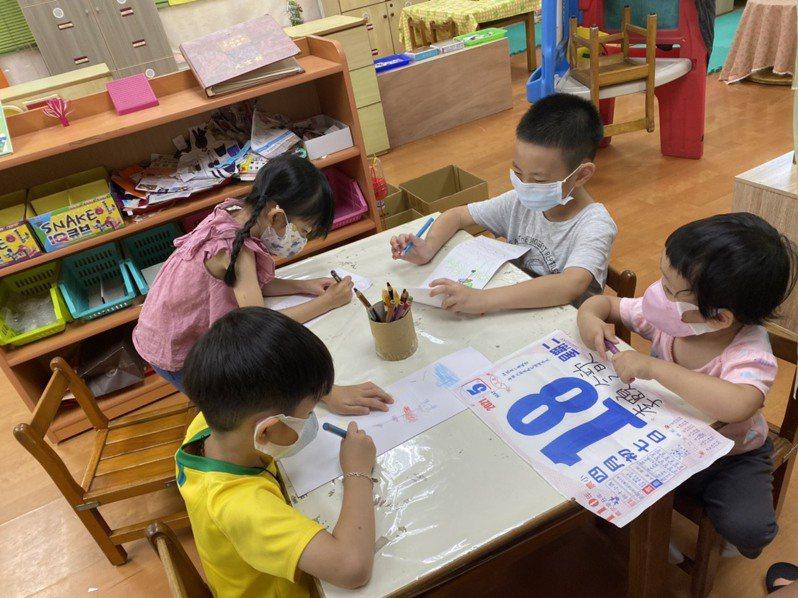 幼兒園因疫情停課造成衝擊,市長黃偉哲呼籲中央研議特別時期全國幼兒園退費機獲得善意回應。圖/南市教育局提供