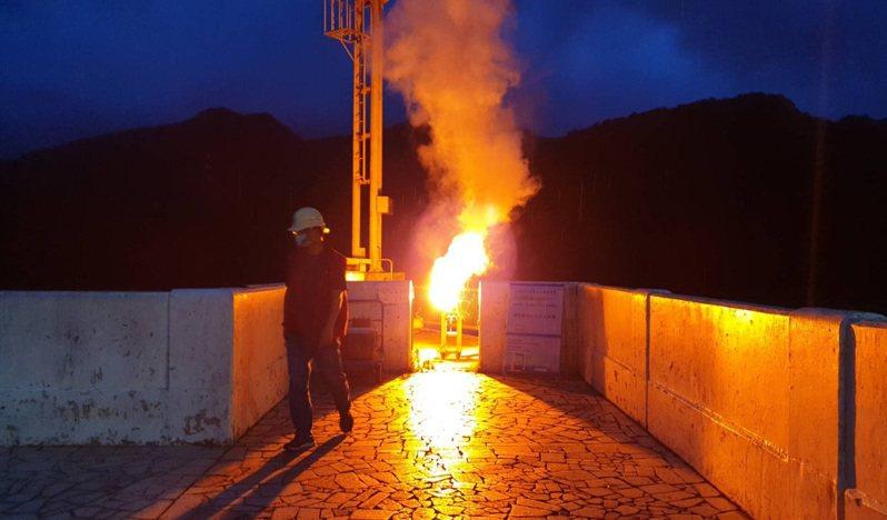 石門水庫今晚6點50分放焰劑執行人工增雨作業。圖/北區水資源局提供