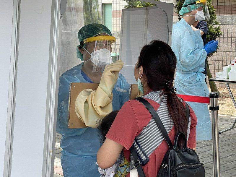 澎湖縣府在機場設置快篩站,旅客排隊自願接受篩檢,2人快篩陽性,但PCR檢測出爐,結果為陰性。圖/澎湖縣政府提供