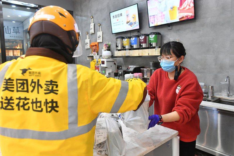 有媒體調查發現,民眾在外賣平台下單的餐點,是由料理包簡單加熱製成。新華社