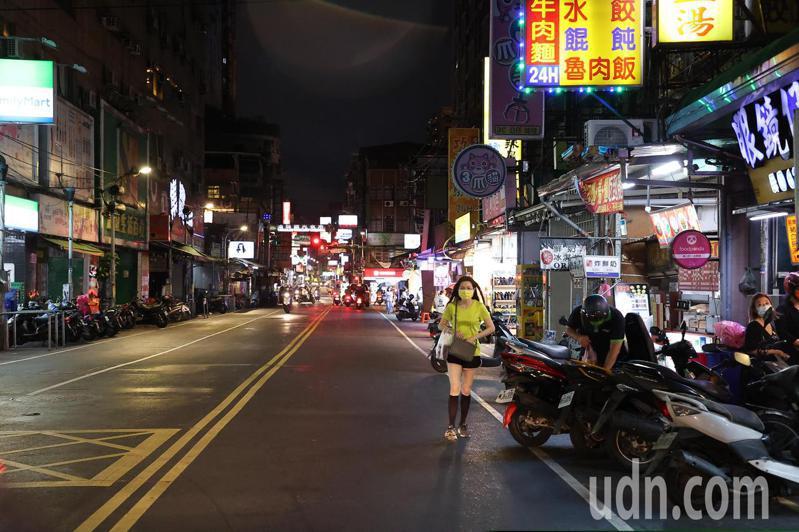 在平常日子裡湳雅夜市總是人聲鼎沸,所有道路中央的攤商現在全都關閉收攤,整個湳雅夜市只剩下有些店面的商家還在營業。記者季相儒/攝影