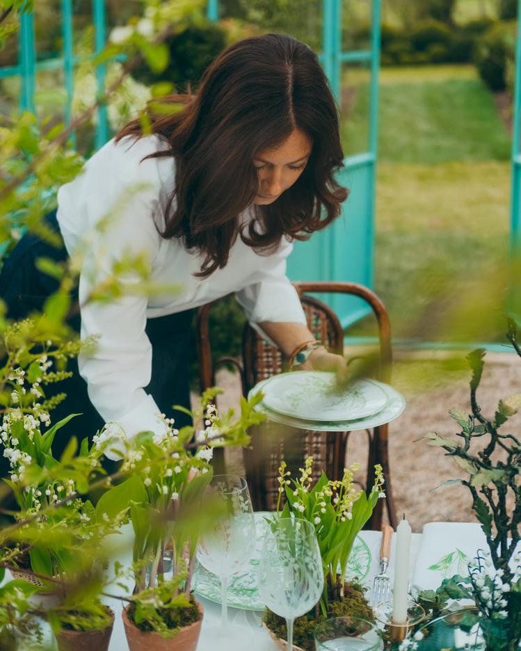DIOR Maison創意總監Cordelia de Castellane正在擺...