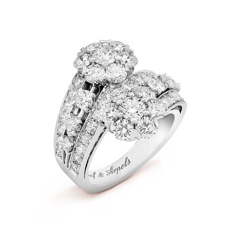 Snowflake戒指,鉑金鑲嵌鑽石,約130萬元。圖/梵克雅寶提供