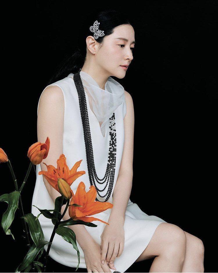 李英愛配戴梵克雅寶Moments de chance可轉換式長項鍊及胸針,價格店洽。圖/取自IG @noblessekorea