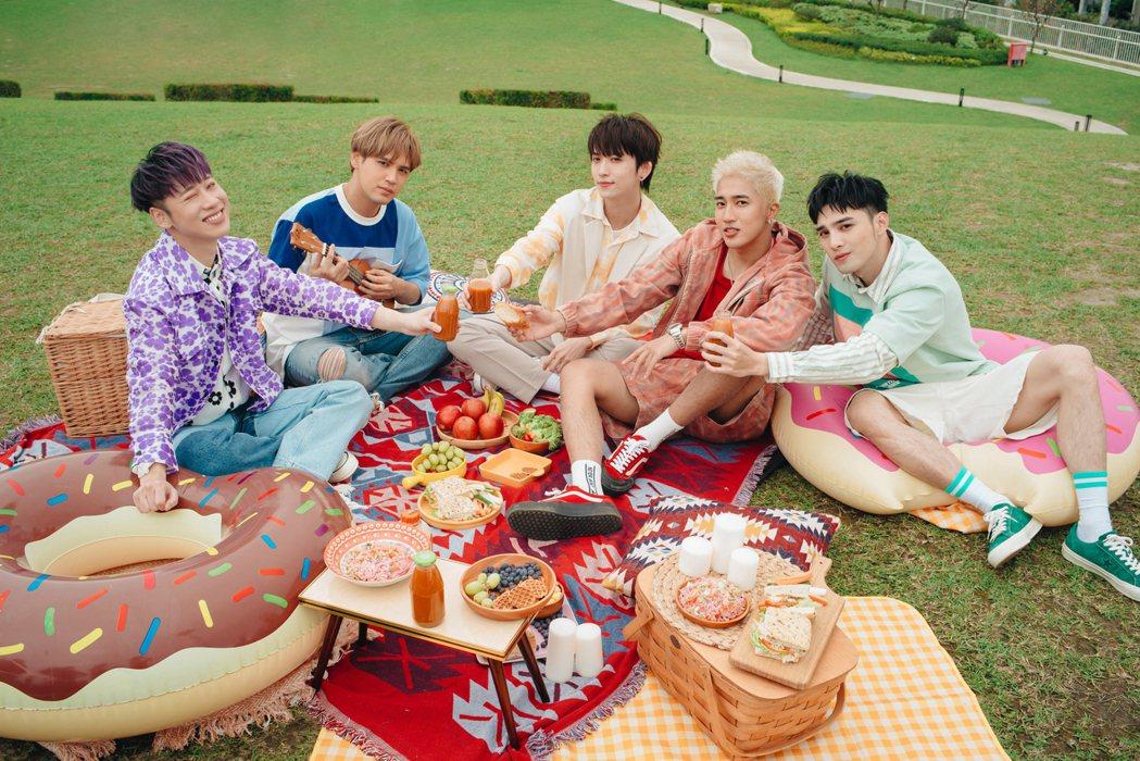 小賴(左起)、陳零九、邱鋒澤、婁峻碩和黃偉晉所組成的「五堅情」,釋出新歌「I W