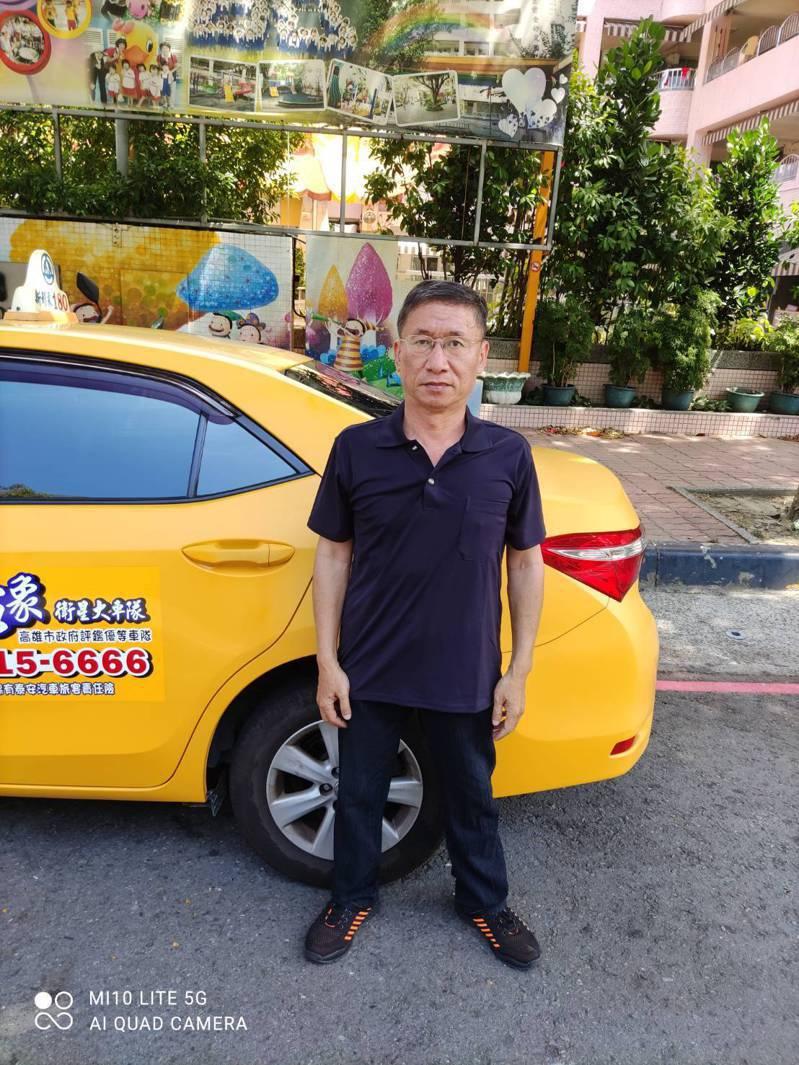 55歲的蔡國和,當年為了病重的阿嬤辭掉公職,一邊開計程車、一邊照顧阿嬤,多年後努力再考回公部門。圖/蔡國和提供