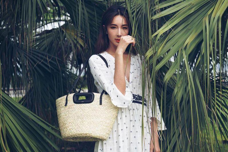 隋棠身穿maje 2021春夏限量洋裝15,070元,搭配M Basket織籃包7,650元。圖/取自IG