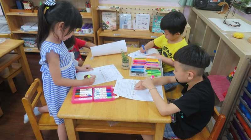 幼兒園的師資、硬體、樓層、評鑑機制等規定都比補習班嚴格許多。圖為公幼上課情景。圖/顏嘉辰提供