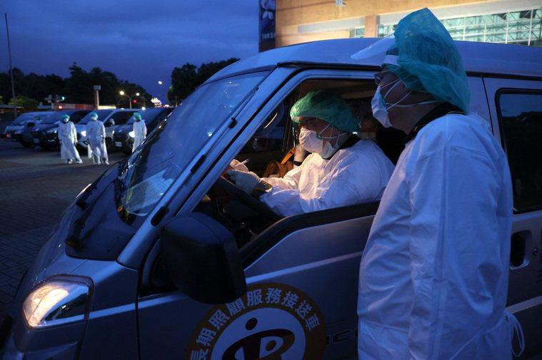 新北市調度長照專車成為防疫車隊,載快篩陽性者返家或到檢疫所,也載家屬探視亡者,昨...