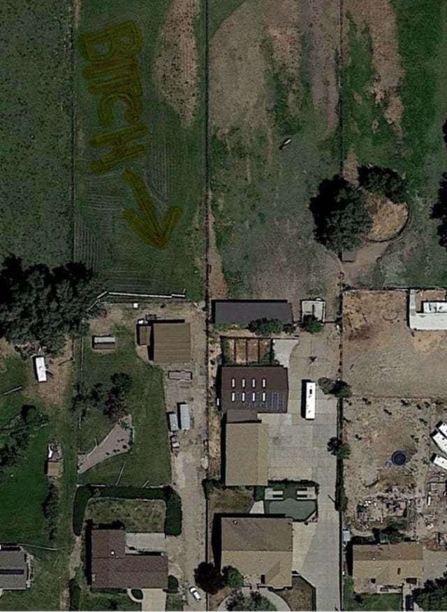 美國一名網友在Google map空拍照中發現,農田裡一戶人家的草叢上竟出現Bitch(婊子)的印記。圖擷自Reddit