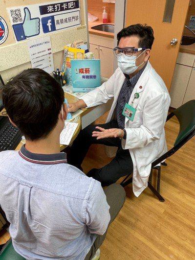 高雄榮總自2002年起開辦戒菸門診,身為家醫科主治醫師的薛光傑,從那時便站上第一...