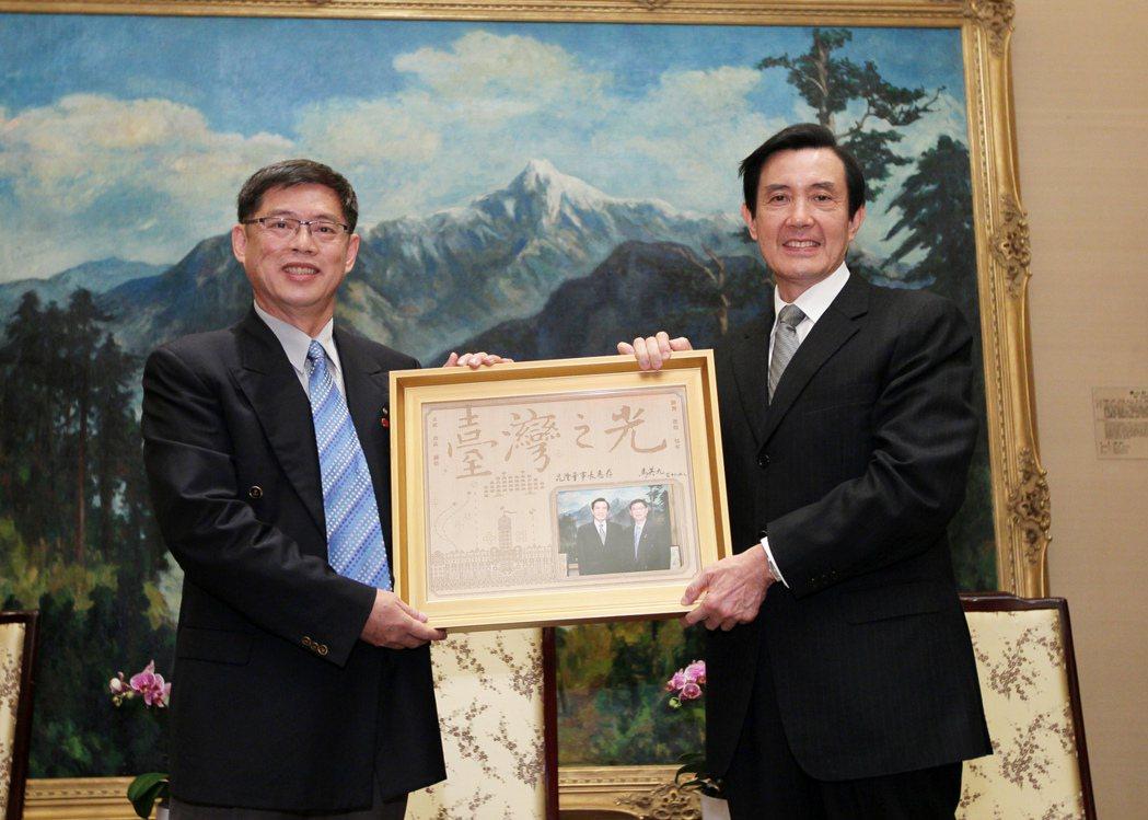 廖昆隆(左)獲得前總統馬英九頒發台灣之光獎狀。 校友會/提供
