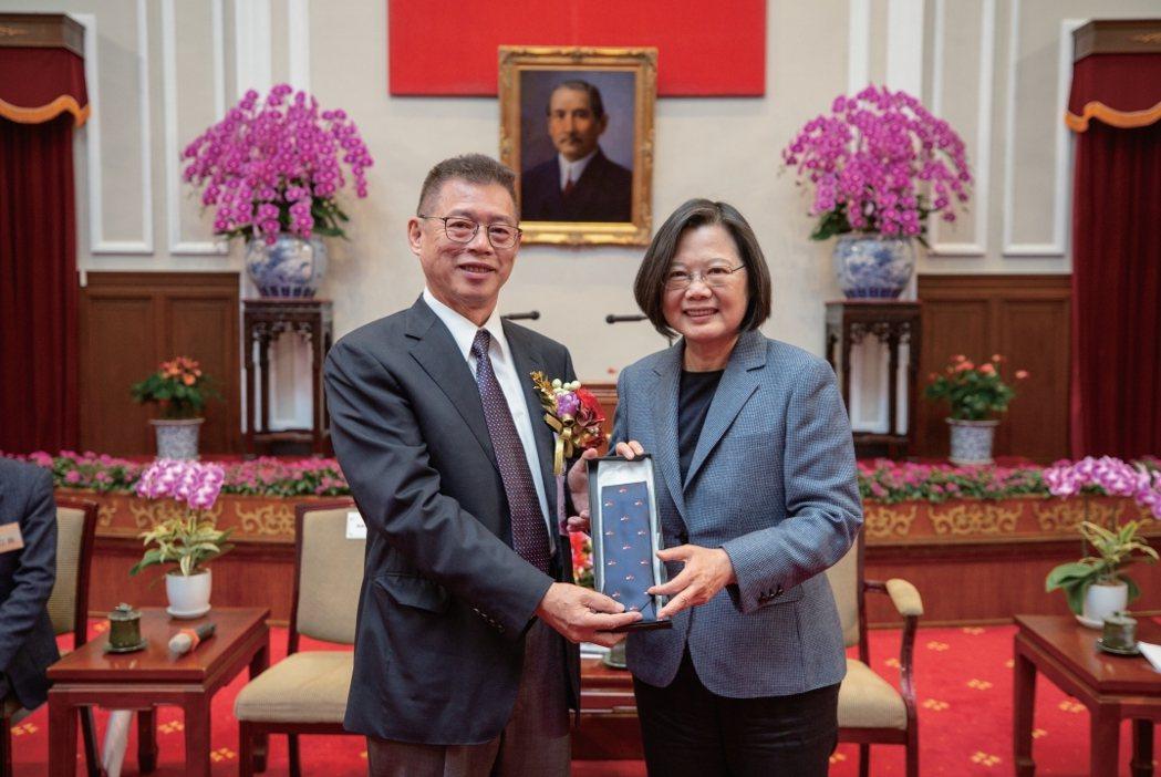 廖昆隆(左)獲總統蔡英文邀請入府演講。 校友會/提供