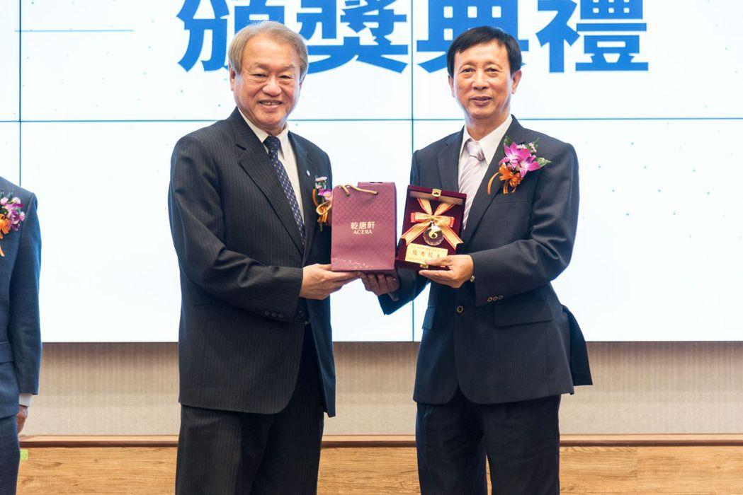 正修科大校長龔瑞璋表揚優秀校友蘇泰平(右)。 校友會/提供