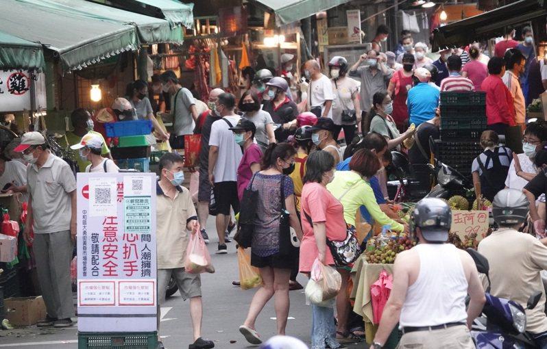 人潮管制不易的傳統市場成了許多確診者的足跡熱點,傍晚時的黃昏市場依舊湧入採買人潮。 聯合報系資料照/記者潘俊宏攝影