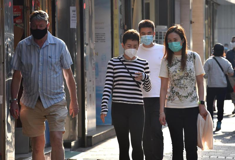 香港接種COVID-19疫苗的情形不理想,官方統計,目前約還有200萬劑庫存,此外還有550萬劑復必泰疫苗尚未出貨。 新華社