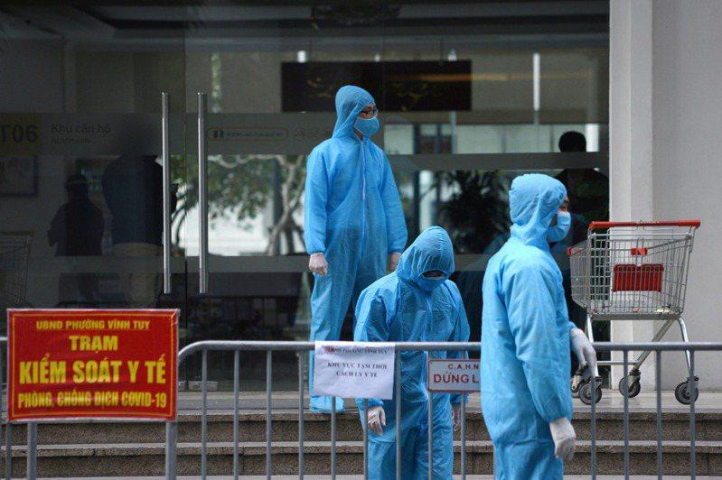 越南媒體報導,越南衛生部長阮清龍今天說,境內發現一種新的新型冠狀病毒株,是印度和英國變異株的混合種,可在空氣中迅速傳播。 路透社