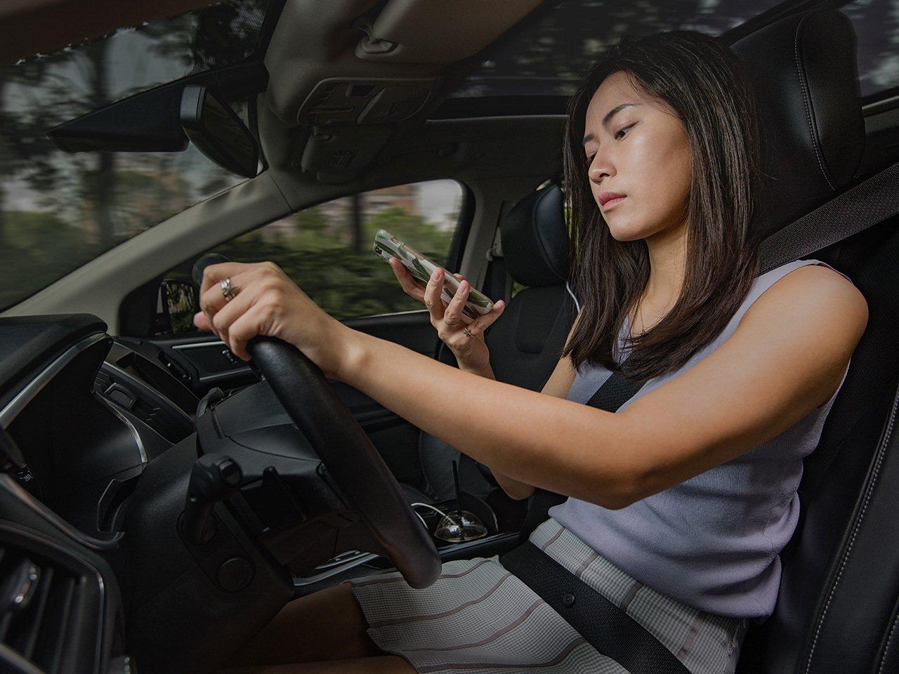 開車時切記不要分心使用手機。圖/福特六和提供