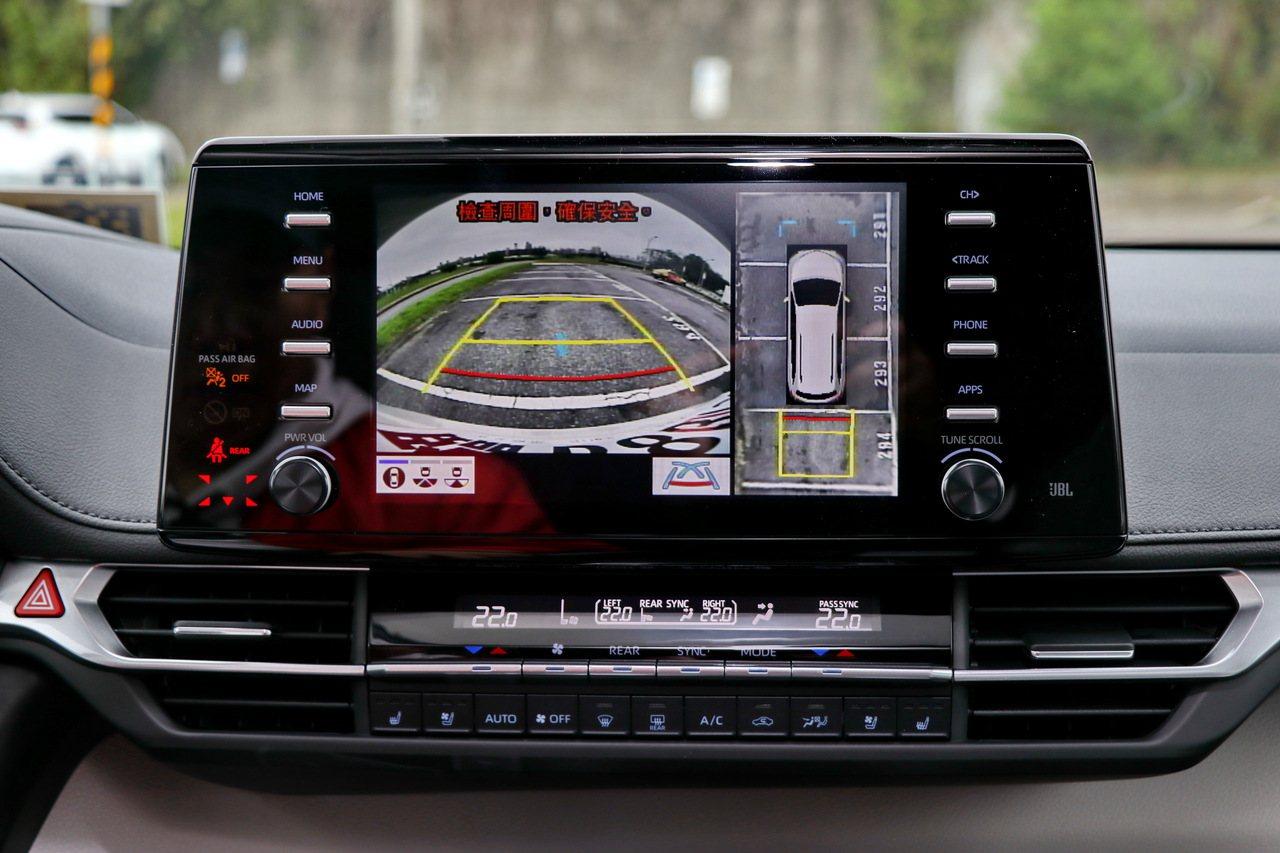 車款配備倒車顯影及環景影像,對於高齡駕駛而言可避免意外發生。記者陳威任/攝影