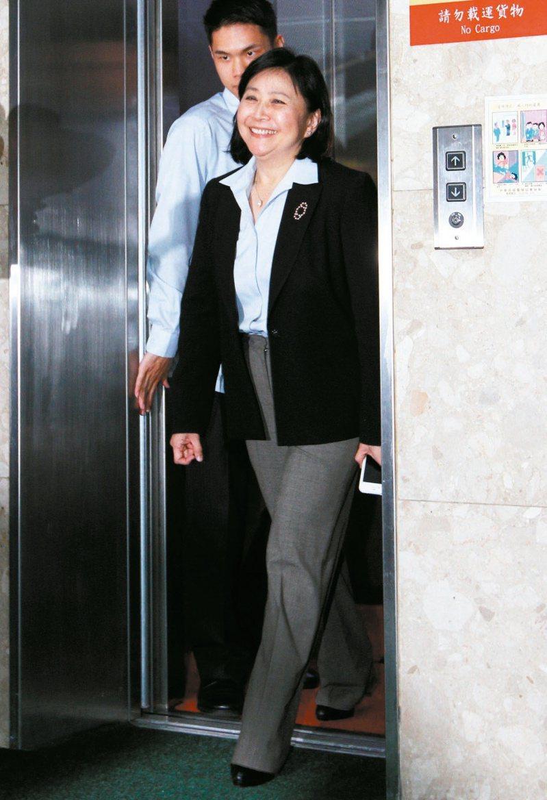 2012年05月29日,劉憶如宣布請辭,看到大批媒體守候在財政部,擠出笑容面對。圖/聯合報系資料照片