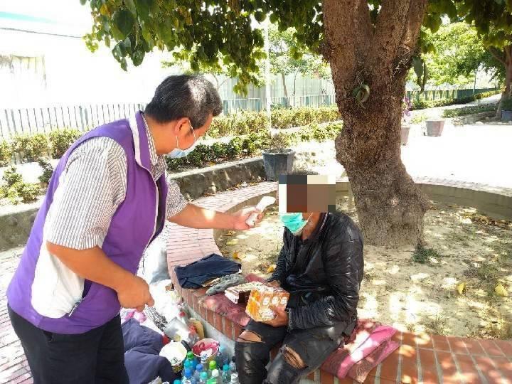 嘉義縣志願協會志工主動訪視街友,送物資及口罩。圖/ 嘉縣府提供