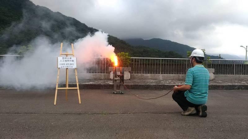 台北翡翠水庫管理局把握時機,從昨晚6時50分及今天上午9時40分接連二次施放增雨焰劑,進行地面人工增雨作業。圖/翡管局提供