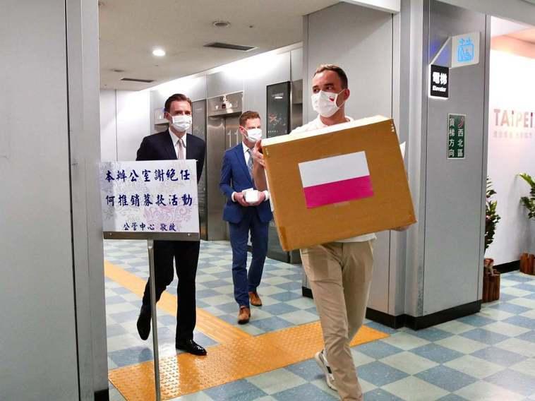 波蘭台北辦事處昨天捐給台北市1500套防護衣。圖/取自波蘭台北辦事處臉書