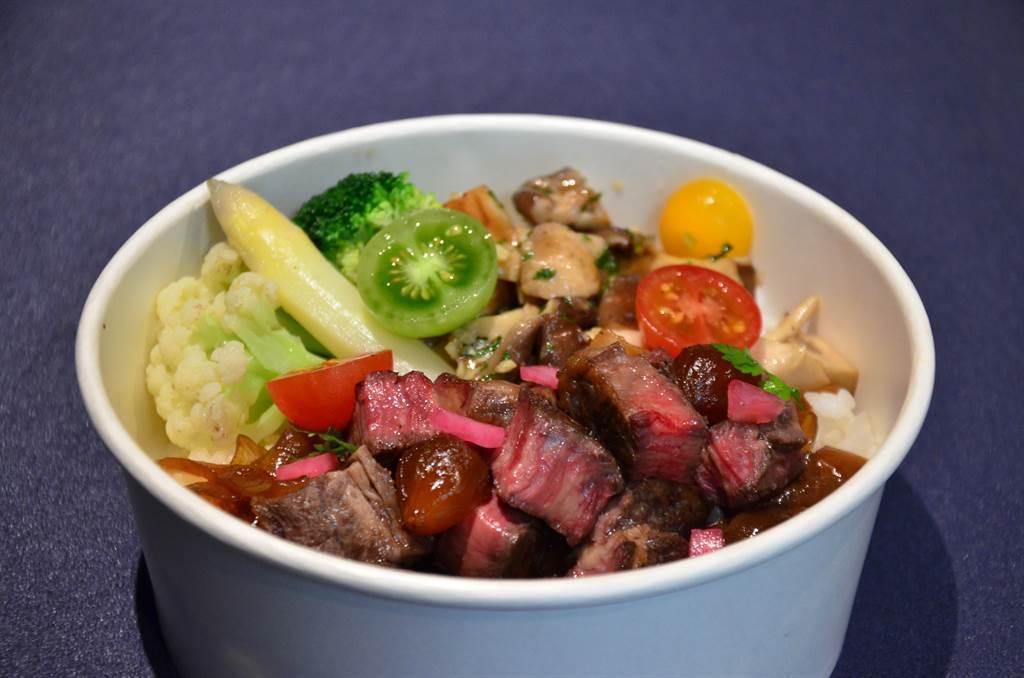 牛排館品牌MÚO STEAKHOUSE在疫情期間推出炭烤牛排飯。圖/業者提供