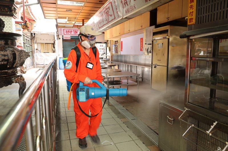 新竹市政府持續排定人潮聚集熱區進行定期消毒工作,也包含曾有確診者足跡的城隍廟商圈。圖/新竹市政府提供