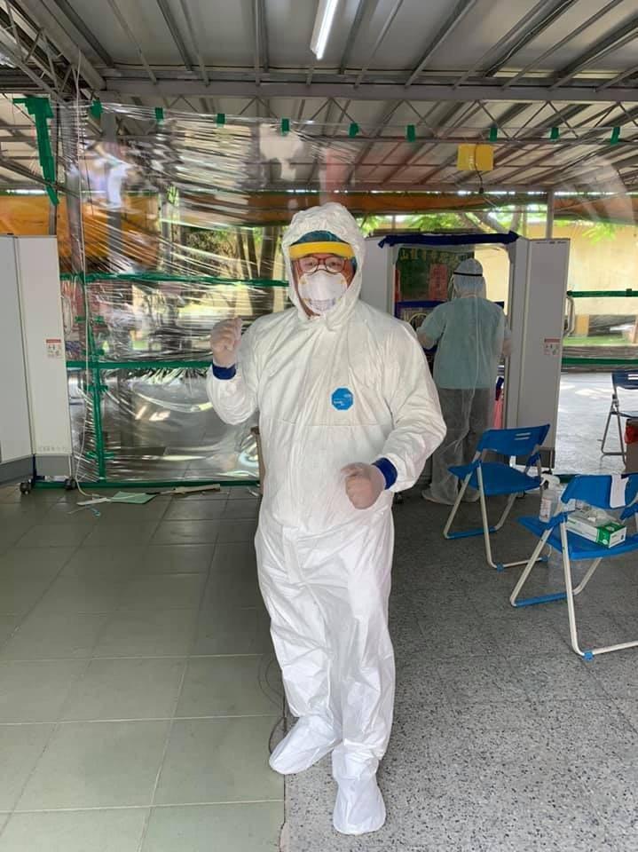 78歲的屏東基督教醫院耳鼻喉科主治醫師羅一鳴,跟著屏基團隊進駐支援快篩工作,在炎...