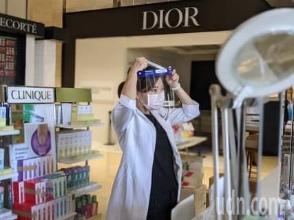 百貨工作人員戴起防護面罩。記者陳弘逸/攝影