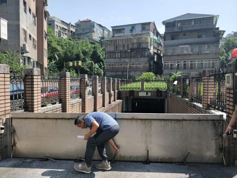 住家門口、地下停車場出入口可以裝設防水閘門。圖/北市水利處提供