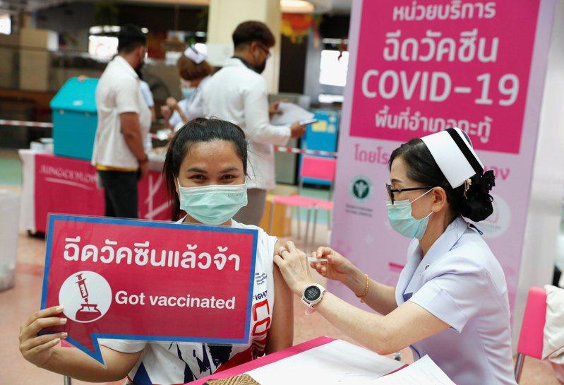 許多泰國的套裝行程費用不包含簽證費、機票、餐點,如遇到必須隔離檢疫,成本也得旅客自行吸收。泰國旅行社協會會長蘇提逢說,若旅客因疫苗副作用生病,旅行社也一概不負責。路透