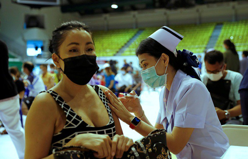 泰國目前只提供AZ與中國科興兩種疫苗,當地旅行社推出去美國或俄羅斯的疫苗套裝行程。路透
