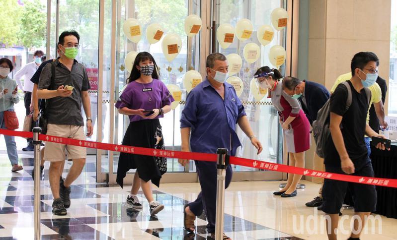 高雄漢神巨蛋百貨今天重新開業,業者透露停業8天營業損失初估超過3.5億元,但仍感謝第一線防疫人員的努力。記者劉學聖/攝影