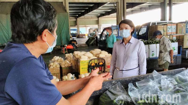 彰化縣溪湖鎮長黃瑞珠到果菜市場關心疫情中的菜價。記者簡慧珍/攝影