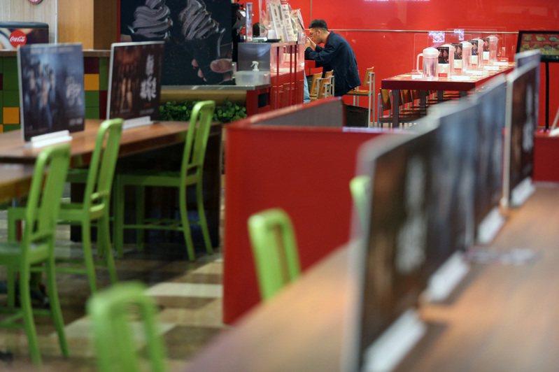 全國三級防疫管制延長衝擊餐飲業者,禁止內用後許多店家生意大受影響。圖/聯合報系資料照片