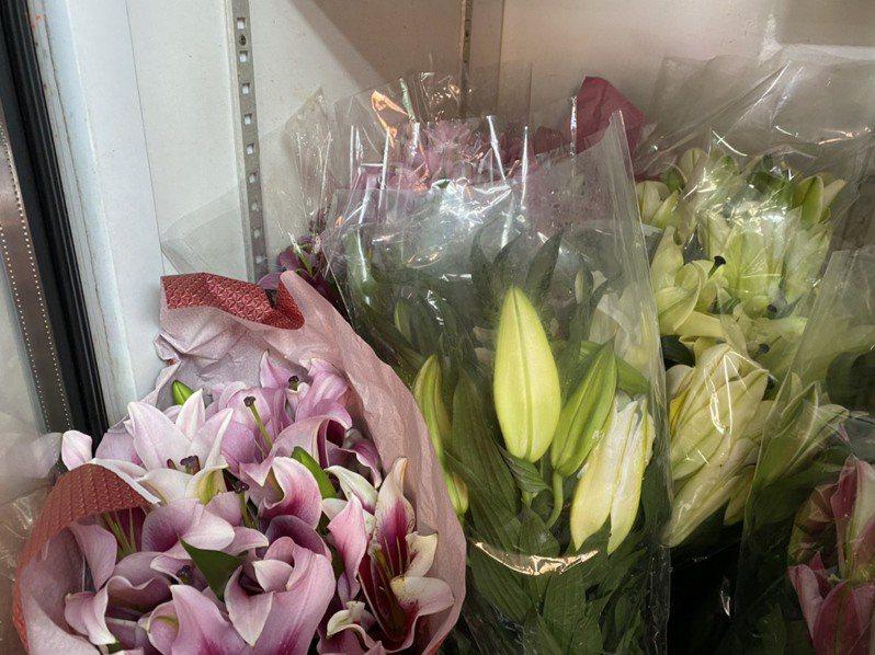 為延長花束存放期限,業者會將花苞未開的花束放進冰箱存放延緩開花。記者陳弘逸/攝影