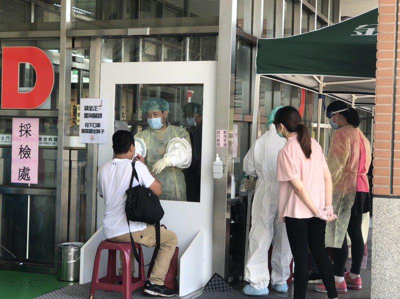 金門尚義機場快篩站自5月26日啟用,3日下來共有251人篩檢,圖為民眾受檢畫面。記者蔡家蓁/攝影
