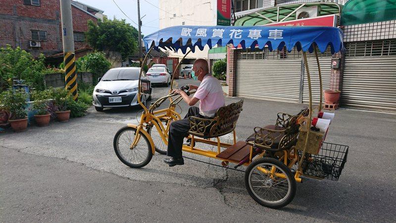 協力腳踏車是田尾鄉的觀光旅遊特色,彰化縣田尾鄉長林守政騎協力腳踏車在鄉內宣傳防疫,別具特色。記者簡慧珍/攝影