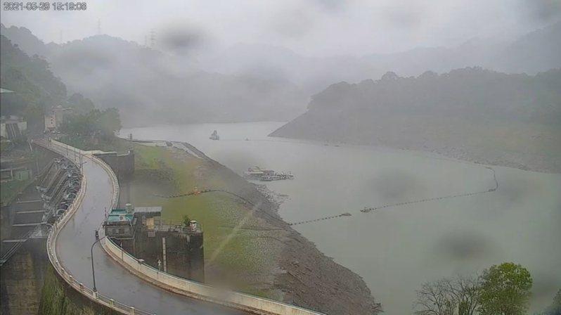 石門水庫集水區下午出現比較明顯的降雨,壩頂的鏡頭可以看見濛濛小細雨的畫面。圖/桃園市觀光旅遊局即時影像