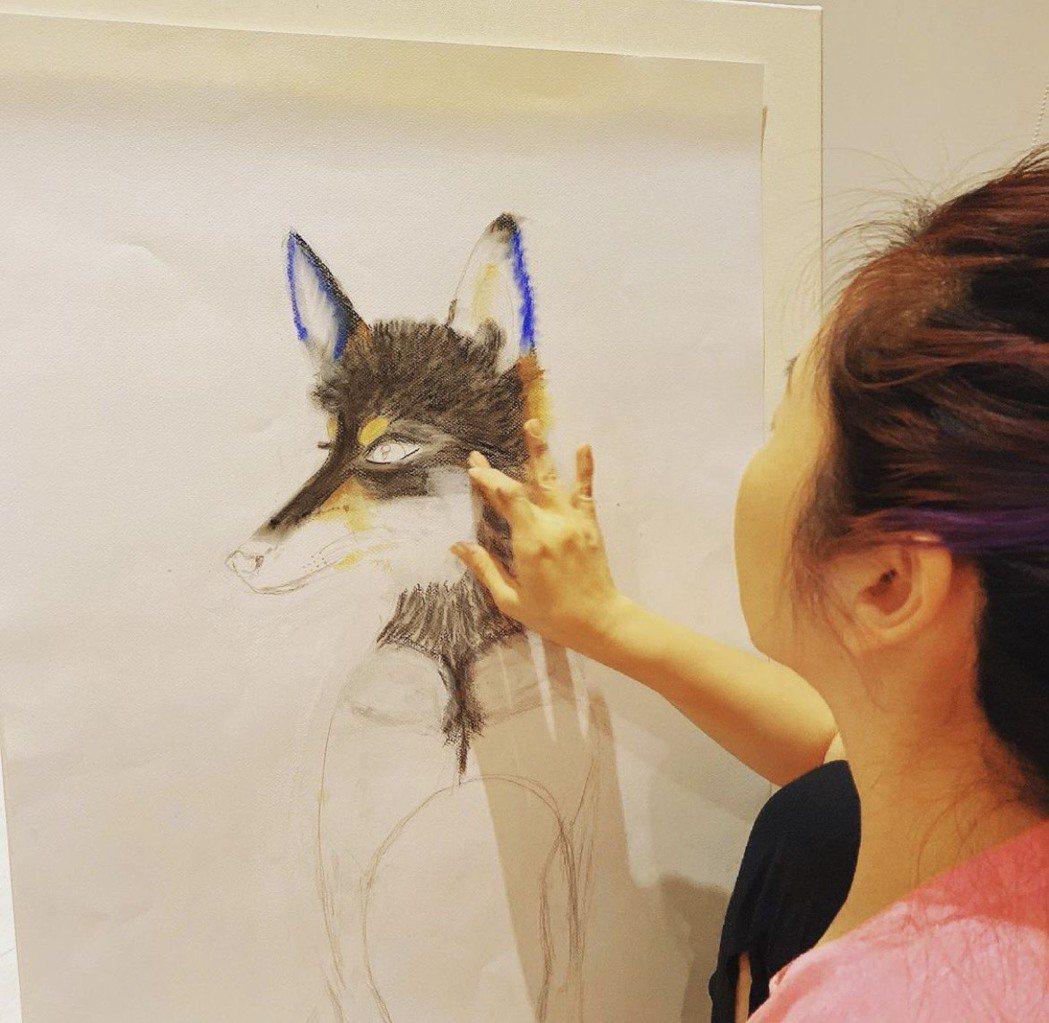 陶子專心作畫。圖/陶子提供