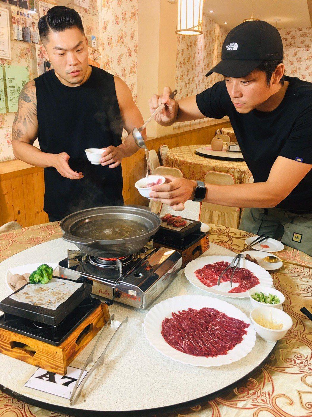 姚元浩和李玖哲造訪雲林尋找冠軍牛肉。圖/三立提供