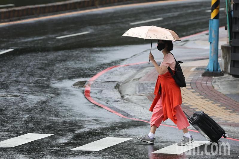 首波梅雨鋒面抵台,北部出現明顯降雨,根據中央氣象局資料表示,中部以北有短暫陣雨或雷雨,並有局部較大雨勢發生的機率,明日開始至6月1日,西半部及東北部地區有短暫陣雨或雷雨,易有短延時強降雨,並有局部大雨或豪雨發生的機率。記者葉信菉/攝影